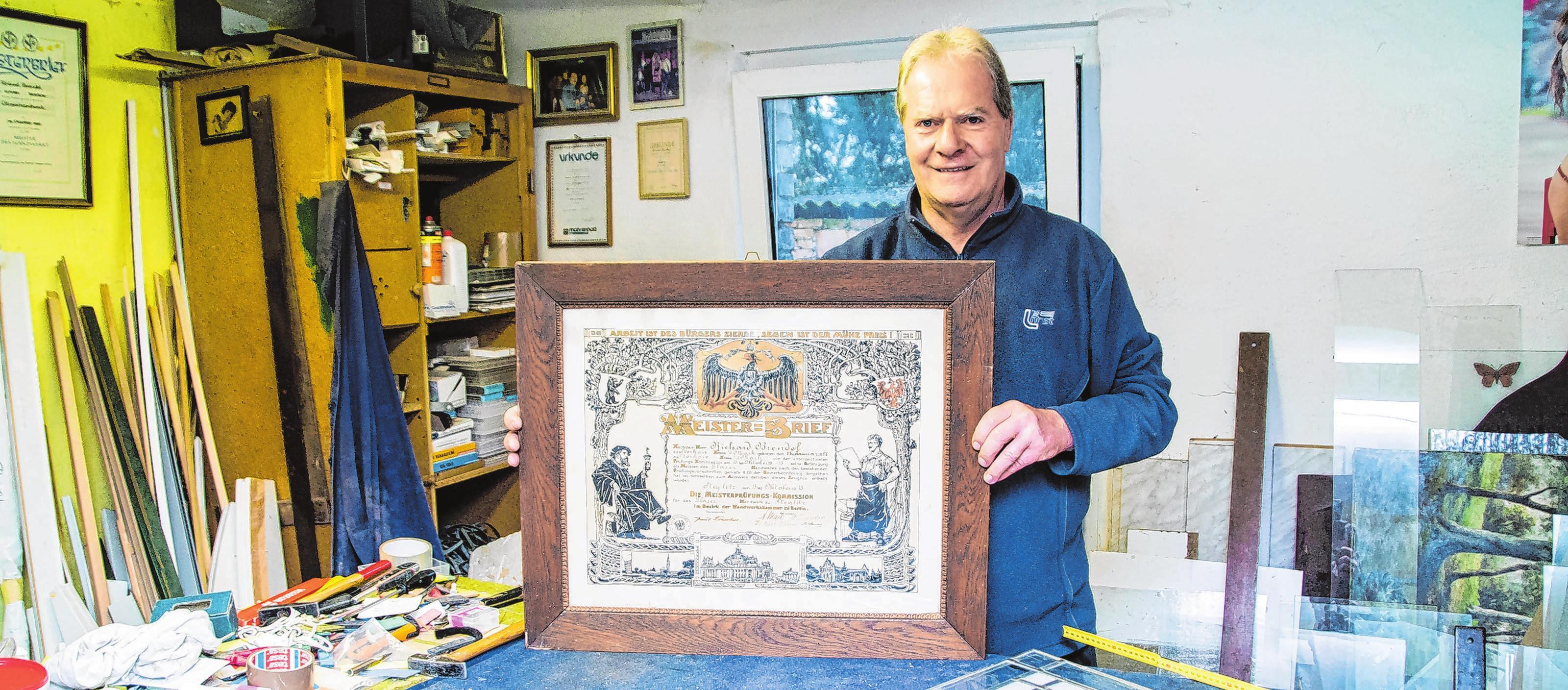 Glasermeister Roland Brendel zeigt stolz den Meisterbrief seines Großvaters von 1915. Er selbst hat seinen Meisterbrief im Jahr 1989 erhalten.Fotos: Alexander Winkler