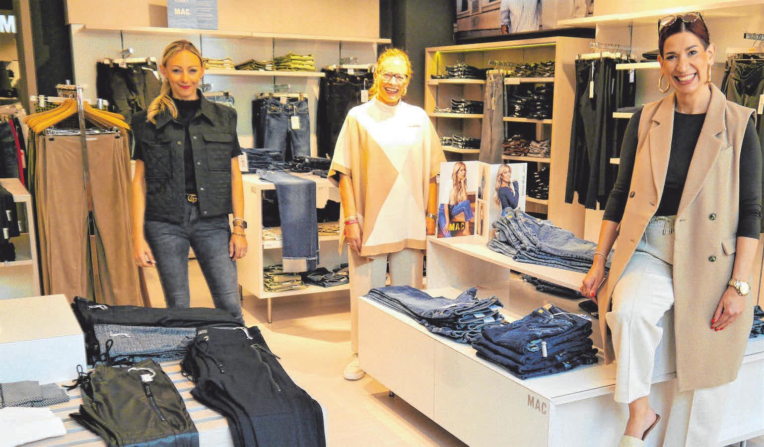 Das Team von ModeMessner freut sich auf Kundenbesuch: Bianca Hauser, Inhaberin Esther Messner und Ute Müller (von links). Foto: Müller