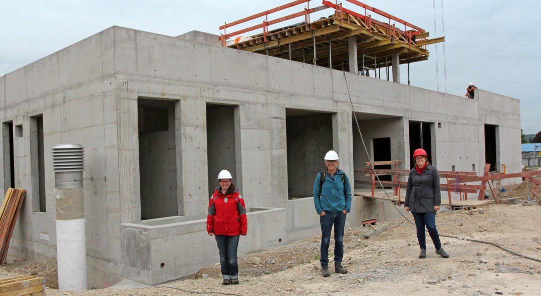 Vor dem Neubau der vierten Reinigungsstufe: Heike Weißer, die Leiterin der Fachabteilung Wasserwirtschaft (links), Tiefbauamtsleiter Albert Füger und Kirsten Maier, Betriebsleiterin des Klärwerks.