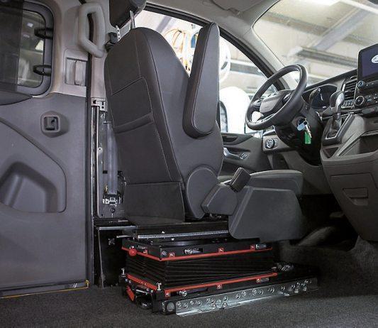 Der Ford Tourneo Custombietet neben einem alternativen Antrieb zudem einen komfortablen Innenraum. Über den Kassettenlift geht es mit dem Rollstuhl direkt vors Lenkrad, oderwie hier mit Umsetzen und über die Transferkonsole. Bild: Paravan