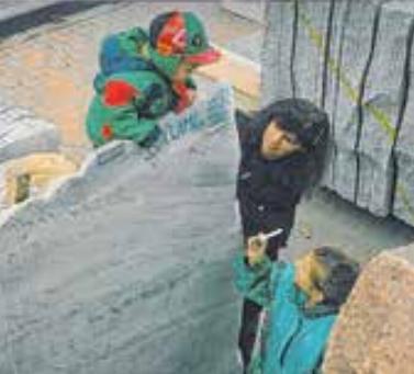 Mit Mutter Doris und Schwester Stefanie zwischen den Steinblöcken.