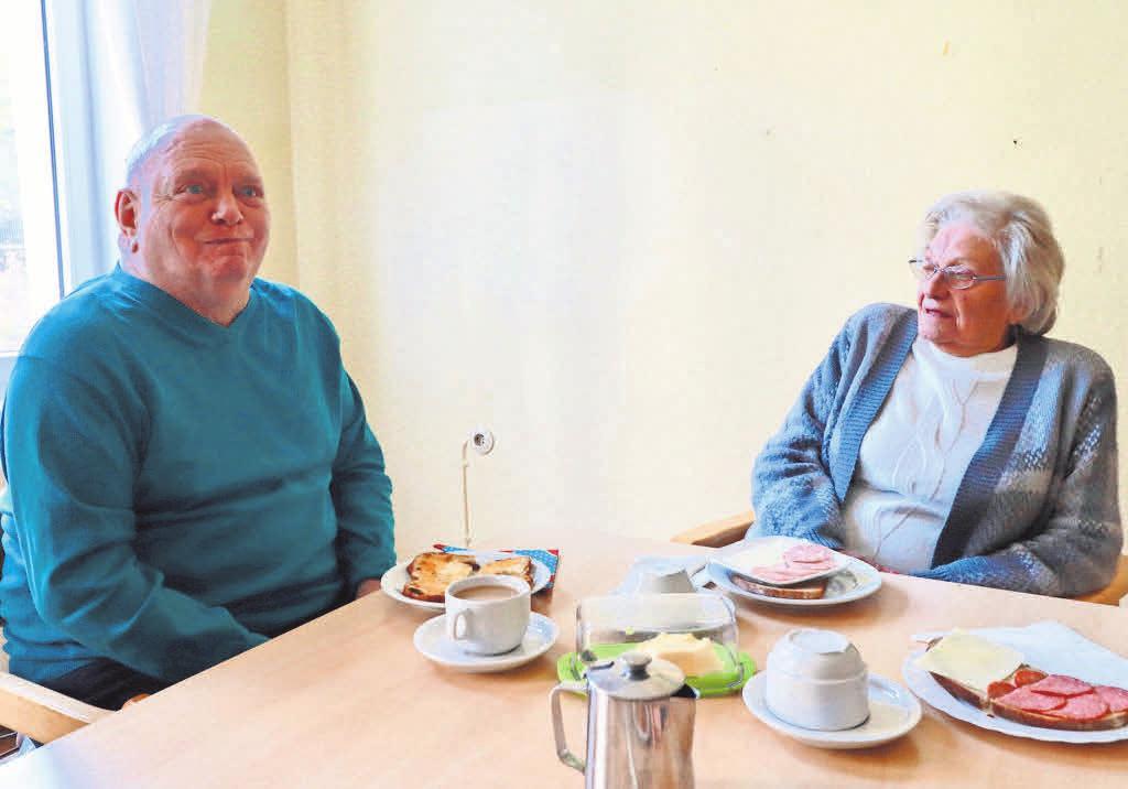 Gemeinsam am Tisch sitzen und essen und Freizeitaktivitäten erleben – in der ABH Tagespflege sind ältere Menschen bestens aufgehoben.