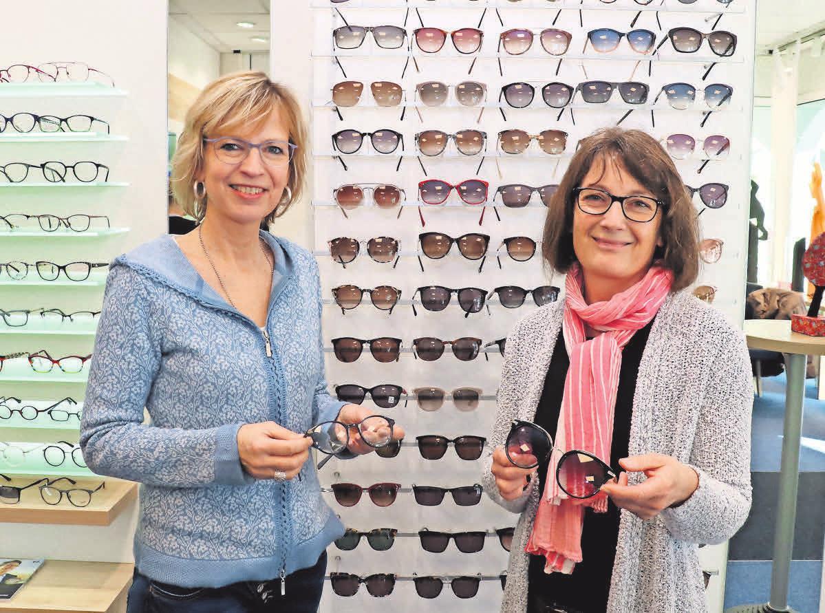 Margret Gödeke (links) und Kathrin Bothe zeigen Beispiele der Brillenmodelle, die im Rahmen der Sonnenschutz- und Gleichtsichtbrillen-Aktion angeboten werden.