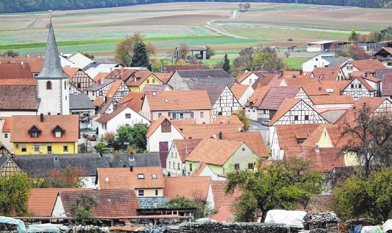 In den vergangenen drei Jahrzehnten hat sich durch die Dorferneuerung das Erscheinungsbild des Riedbacher Ortsteiles zum Positiven entwickelt. FOTO: ULRICH KIND