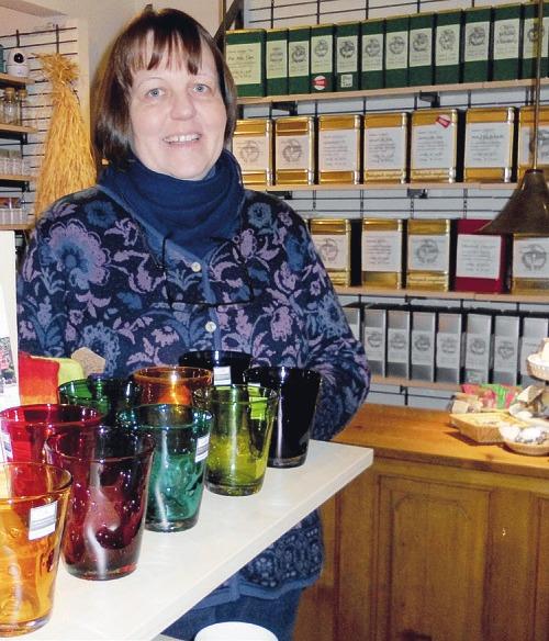 """Durchgefärbte Gläser in 13 Farben zum Sammeln und Verschenken gibt es bei Birgit Sunke in ihrem Teeladen """"Tee-Ramik"""" in Wedel Foto: Skibbe"""