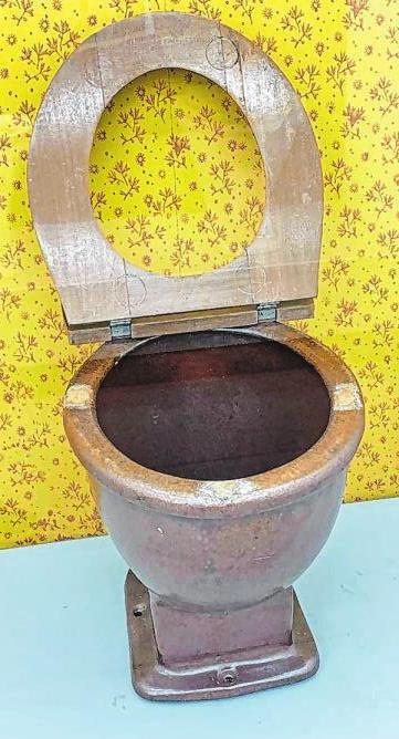 Nach 1920: Klosettenschüsseln oder -trichter aus braun glasiertem Steinzeug ersetzten die Kastenaborte aus Holz. Viele waren nach wie vor ohne Wasserspülung.