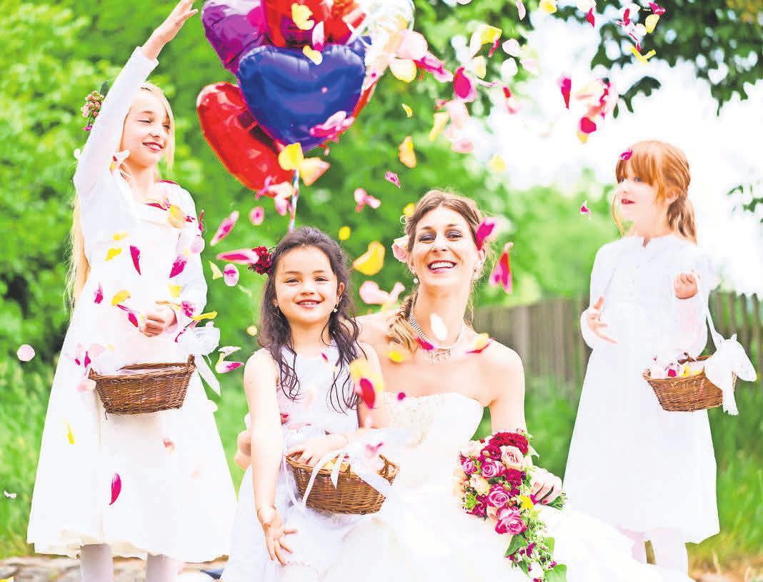 Kinder lieben es, wenn sie ins Hochzeitsprogramm einbezogen werden, zum Beispiel als Blumenkinder. FOTO: ADOBE STOCK/KZENON