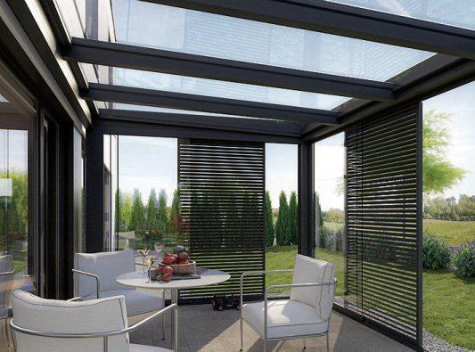 Die Glas-Schiebe-Stapelwand lässt sich optimal mit einem schiebbaren Beschattungssystem kombinieren. Bilder: HLC/Sunparadise