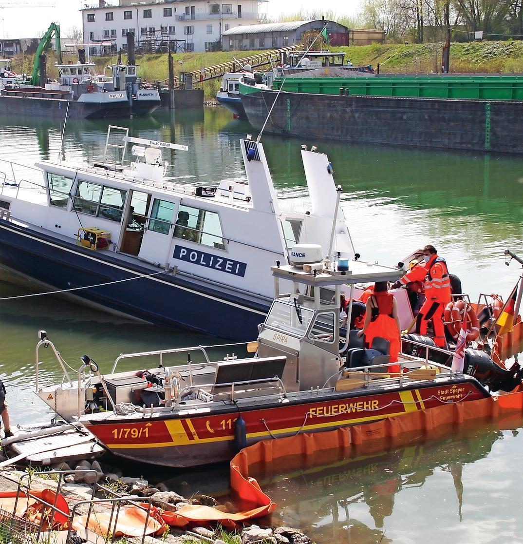 Gehört auch zu den Aufgabe der Speyerer Feuerwehr: die Bergung eines havarierten Bootes. FOTO: FEUERWEHR SPEYER