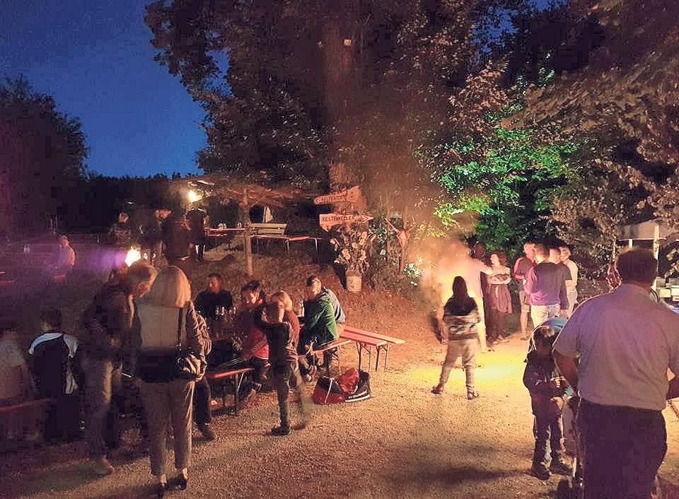 Nach Einbruch der Dunkelheit geht es beim Keltenfest in Gottelhof stimmungsvoll zu.