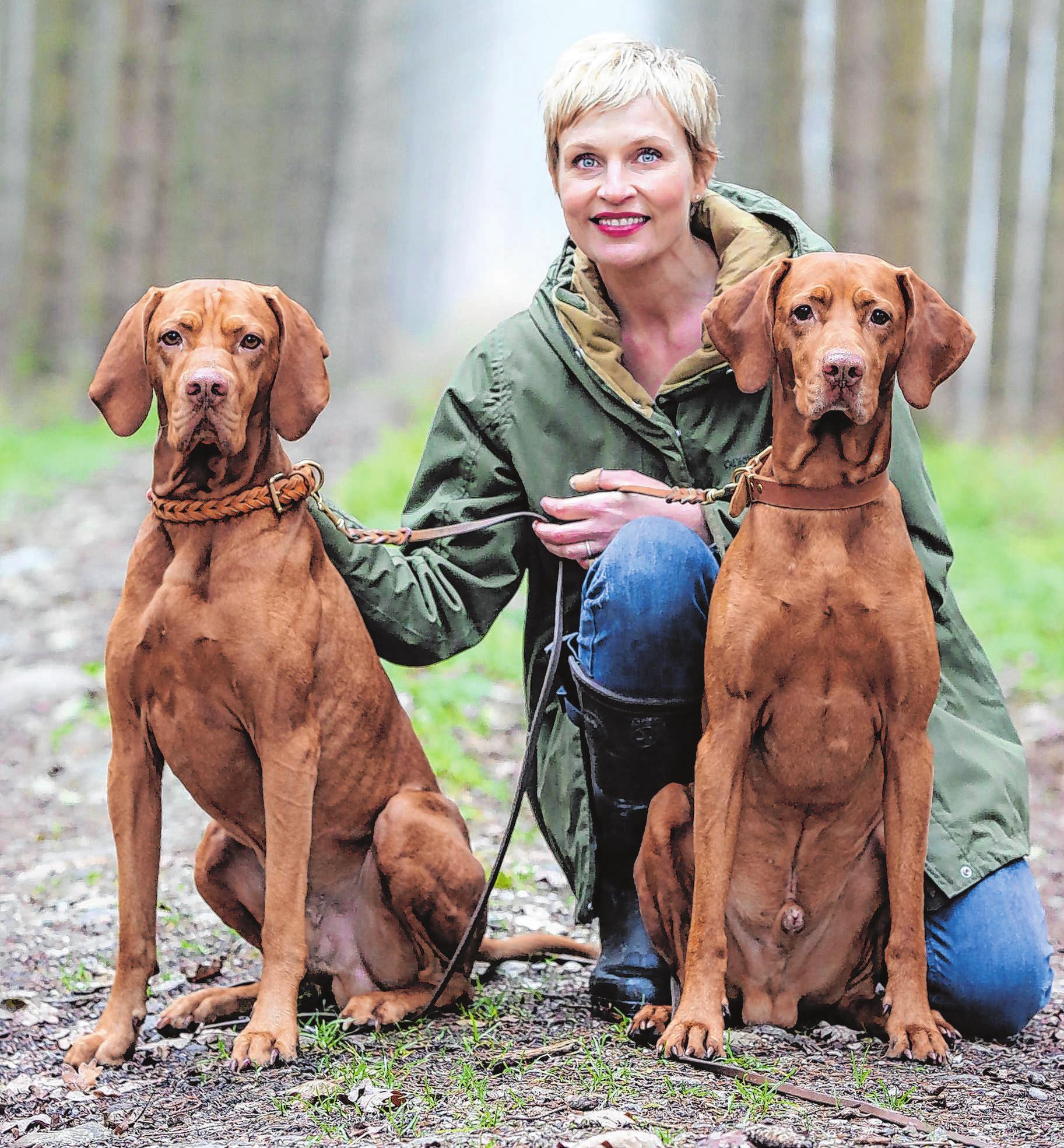 Sie wird Botschafterin des Hundes und löst Leonard Lansink ab: Sanna Englund. Die Schauspielerin lebt mit ihrem Mann und ihren zwei Viszla-Rüden Lenni und Paul am Starnberger See. Foto: VDH/Valentina Kurscheid