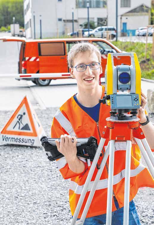 Viel Arbeit im Freien: Der Student Markus Fiala arbeitet etwa mit einem Nivelliergerät, um die Höhenunterschiede einer Fläche festzustellen.