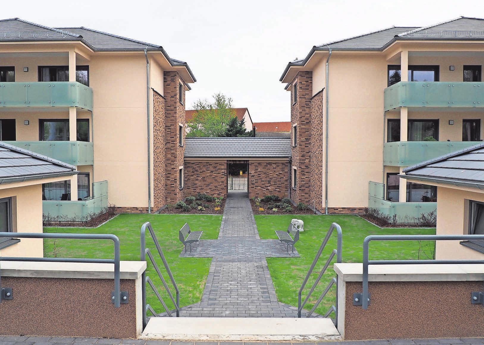 Besonders sticht die geometrische Anordnung des Neubauensembles mit Hanglage hervor.