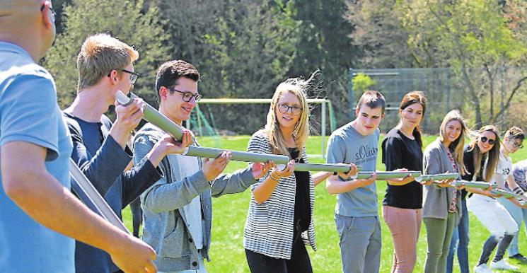 Gemeinsam arbeiten Hand in Hand: Teambildung bei einem Besuch der dualen Studenten in der Edelsteinklinik. FOTO: FREI