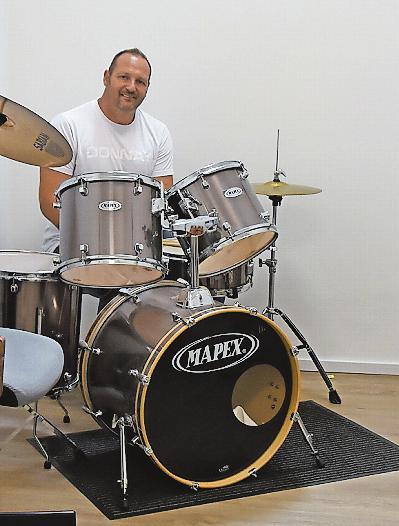 Der 51-Jährige gibt auch Unterricht am Schlagzeug – hauptsächlich werden Schlagzeugschüler aber von Ralf Wentz unterrichtet. FOTO: ACL