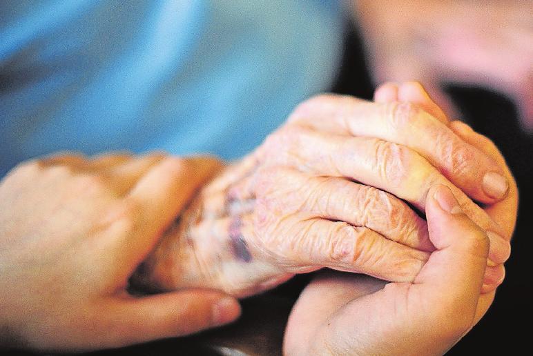 Beim Bürgerpreis 2019 geht es um Leistungen und Hilfestellungen für pflegebedürftige Menschen. FOTO: DANIEL REINHARDT/DPA