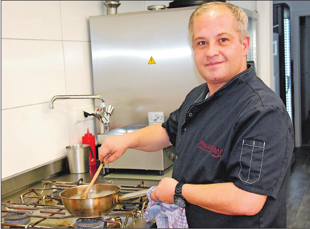 Kocht mit Produkten aus der Region: Fabio Mazza ist im Pfalzgraf in seinem Element. FOTO: NEUMANN