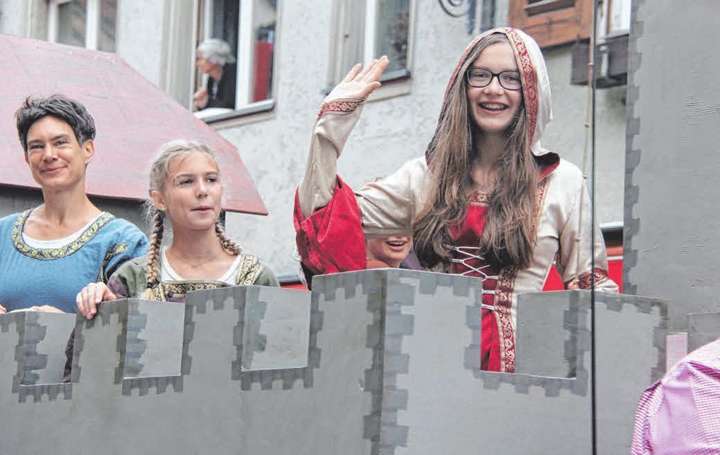 Im Bild winkt stolz das Burgfräulein der GMS Wangen.