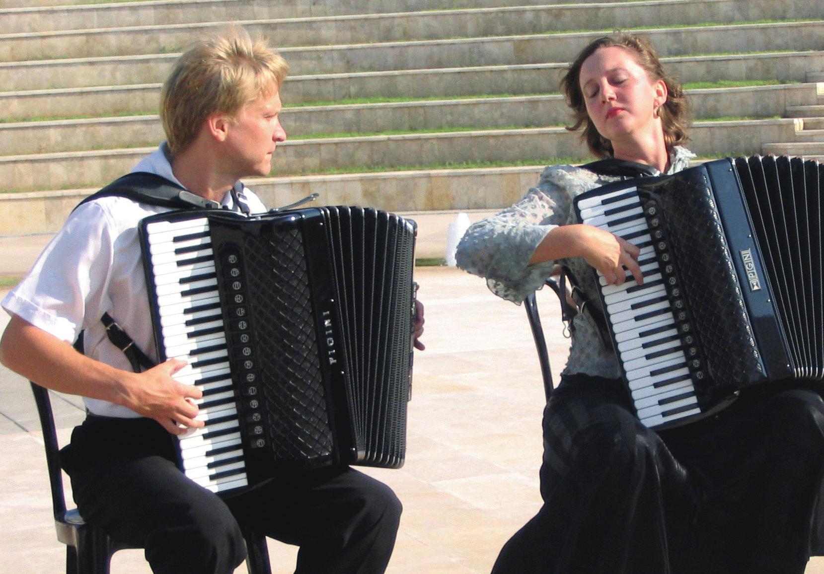 Akkordeonkonzert der Extraklasse: Das preisgekrönte Duo Kratschkowski spielt am 7. November in der St.-Viti-Kirche. Foto: Duo Kratschkowski
