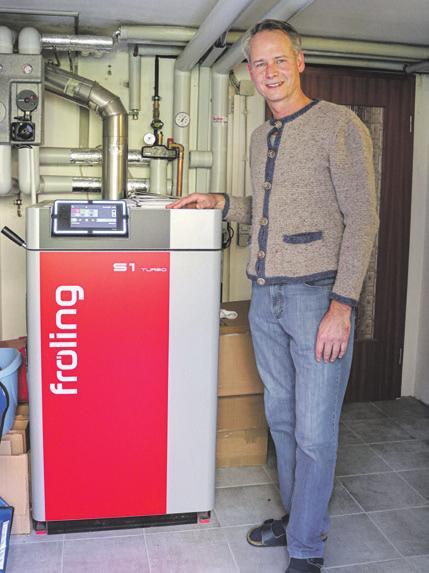 Markus Raimund ist mit seiner neuen Scheitholzheizung, die die alte Ölheizung ersetzt, sehr zufrieden.