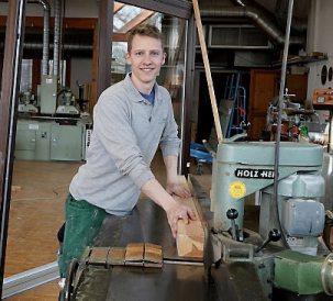Daniel Sautter beim Holzzuschnitt