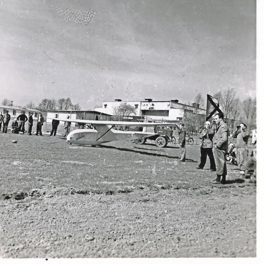 Rundes Bild: Zivile Nachnutzung als Segelflugplatz im Nordwesten des Industriegebiets, im Hintergrund das Filmatelier. Bis dato unveröffentlichte Aufnahme aus dem Jahr 1953. FOTO: ARCHIV FILMBÜRO GÖTTINGEN / REPRO: KLAWUNN