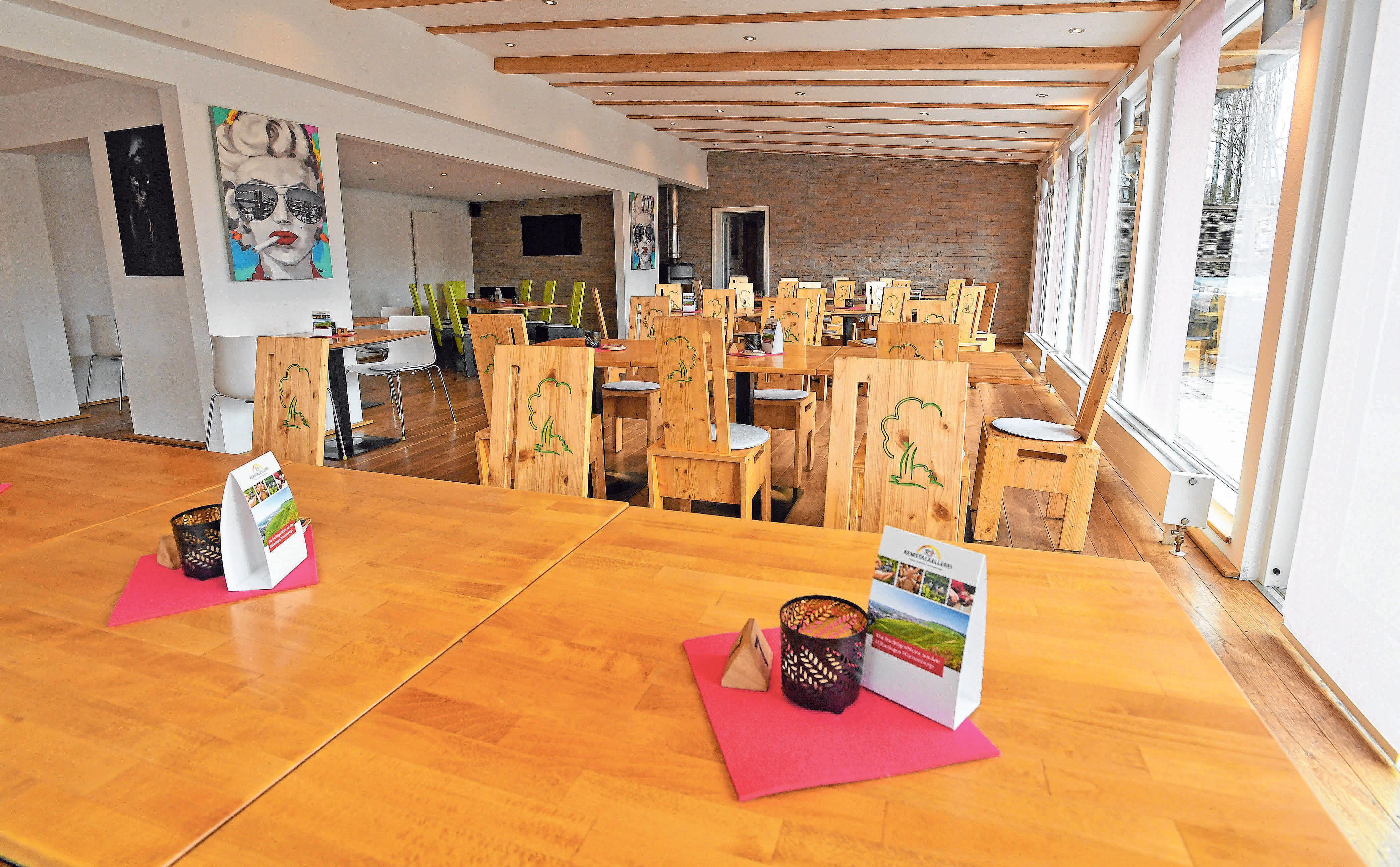 Einladend im Restaurant mit viel Holz.FOTOS (3): BERND BAUR