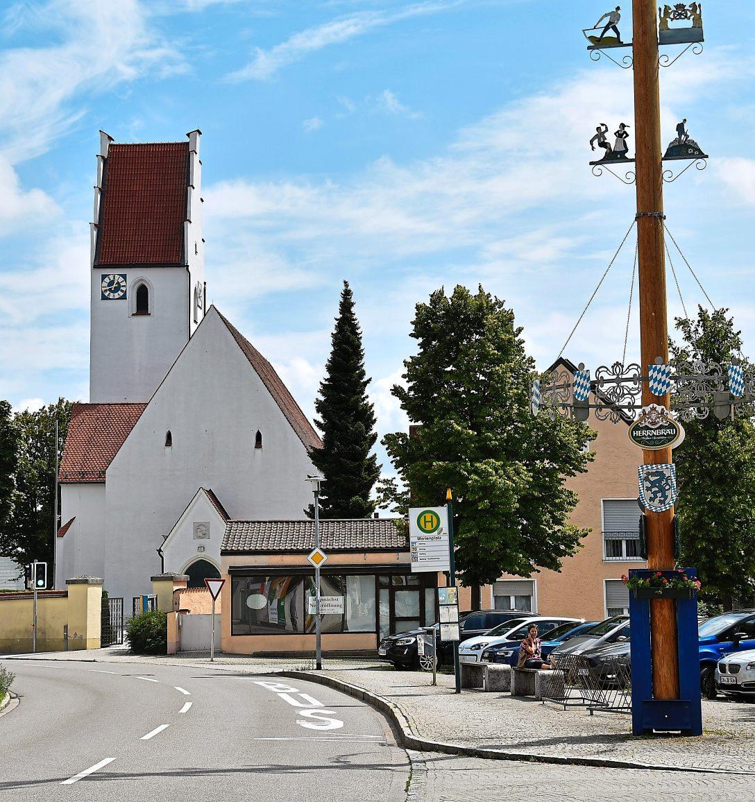 Die Marienkirche in Feldkirchen stammt aus dem späten 14. Jahrhundert. Erbaut wurde sie im Stil der Gotik. Die Kapelle auf der Nordseite wird auf das 15. Jahrhundert datiert.             Fotos: Bartenschlager