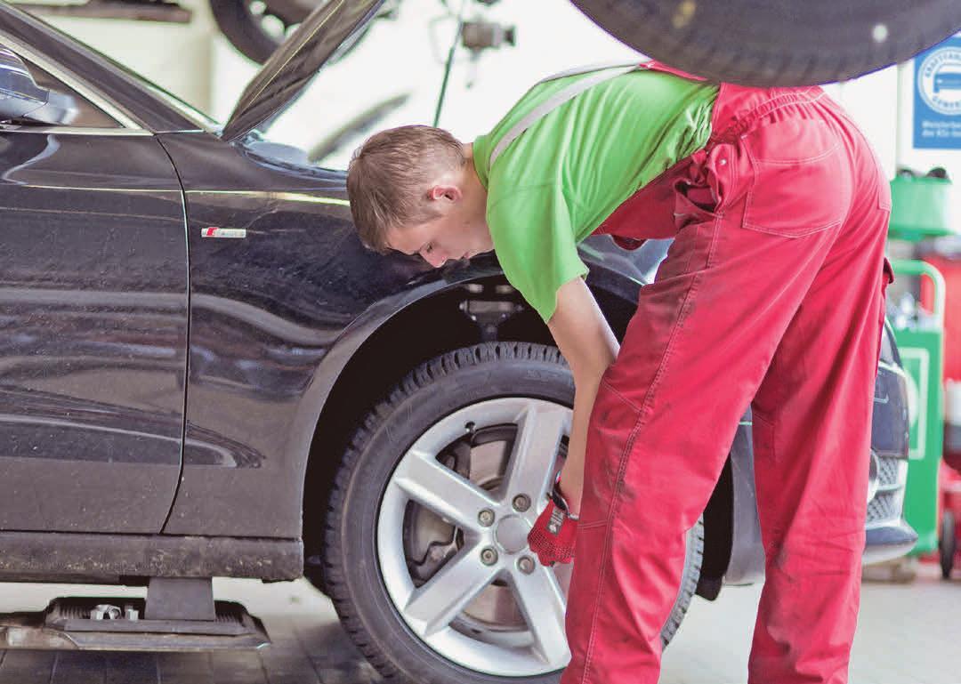 Jahreszeitlich angepasste Bereifung ist wesentlich für die Sicherheit im Straßenverkehr. Foto: djd/Kfzgewerbe/ ProMotor/T. Volz