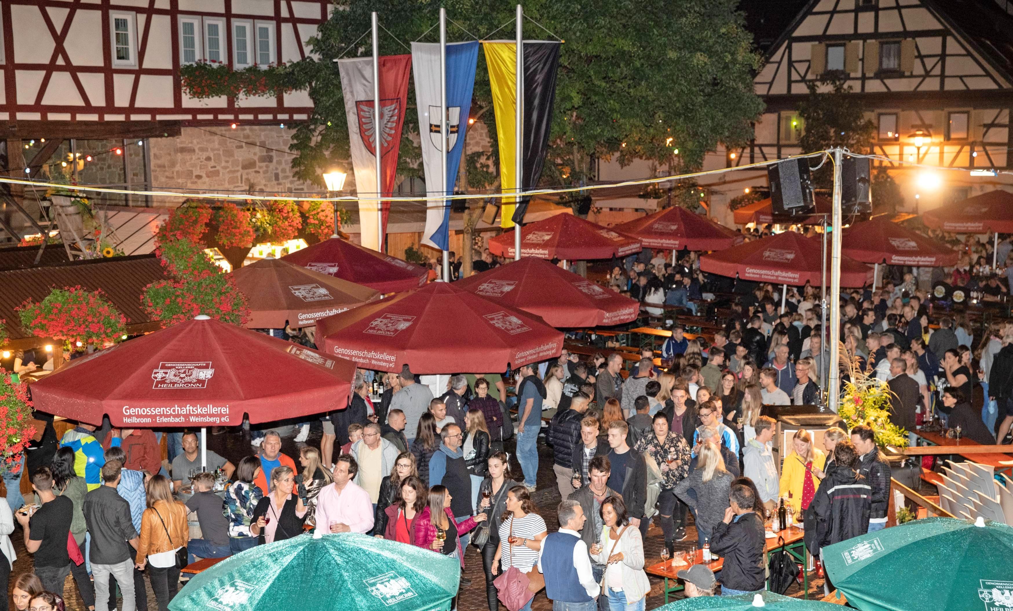 Auch das Original Erlenbacher Weinfest fällt der Corona-Pandemie zum Opfer. Feiern unterm Kayberg sieht in diesem Jahr anders aus: Es findet daheim auf Balkon und Terrasse statt. Dafür gibt es extra zusammengestellte Weinfestpakete. Foto: Archiv/Veigel