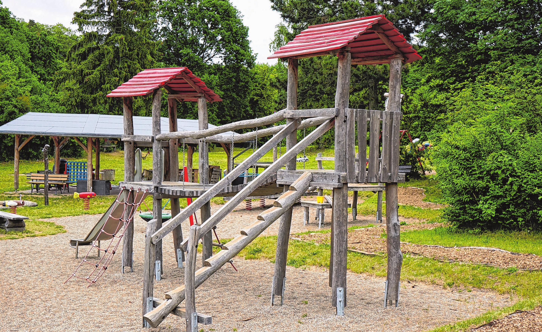 Auf dem Dorfplatz ist ein großer Spielplatz entstanden. Der Förderverein hat dafür Spenden gesammelt und die Arbeiten unterstützt.