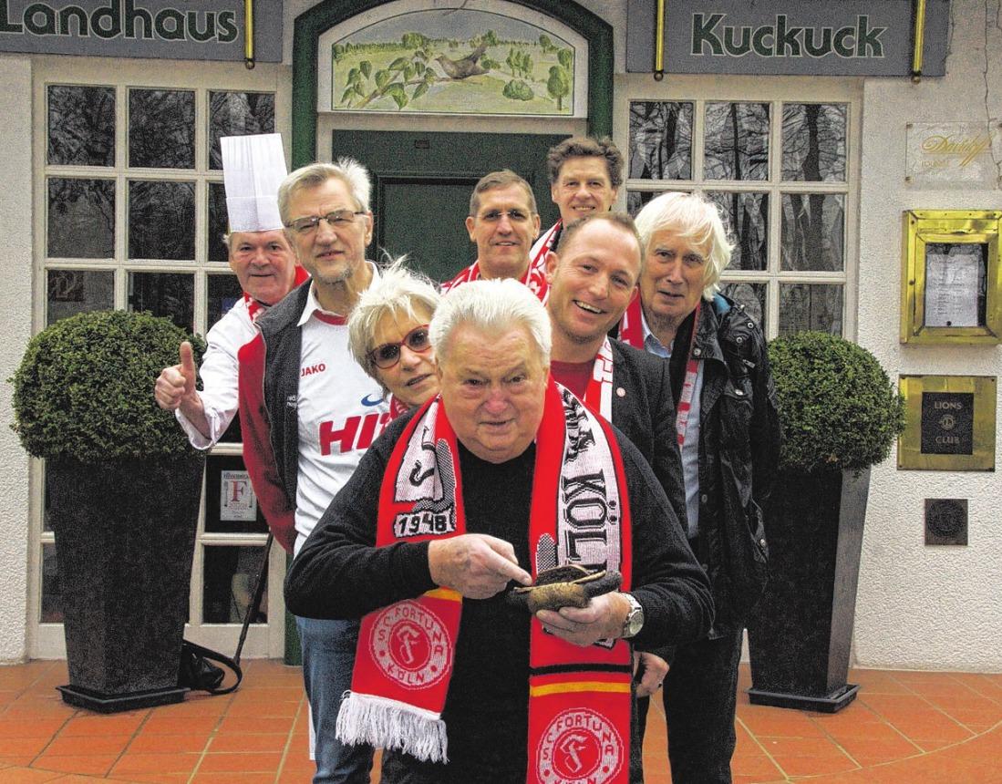 Hein Wimmer (M.) wurde die dritte Bronzene Stadionwurst im Landhaus Kuckuck verliehen. Foto: Offizier