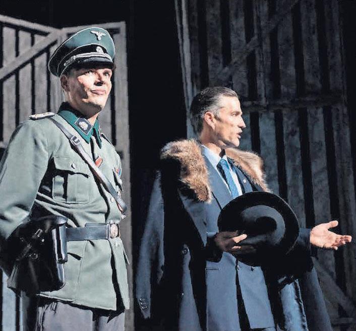 Mit Armin Riahi (links), der überaus eindringlich den Lagerkommandanten Amon Göth spielt, und Stefan Bockelmann, der Oskar Schindler verkörpert, hat Florian Battermann zwei Rollen ideal besetzt. Fotos: Imagemoove