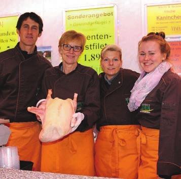 Stefan Timm, Sabine Brügge, Bea Nuppenau und Anja Buzalski bieten frische Gänse an