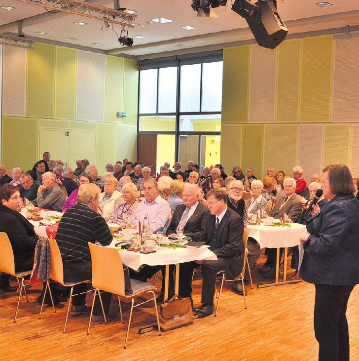 Ludmilla Neuwirth freute sich sehr, dass 180 Teilnehmer an der Seniorenweihnachtsfeier des Ortsrats teilnahmen.