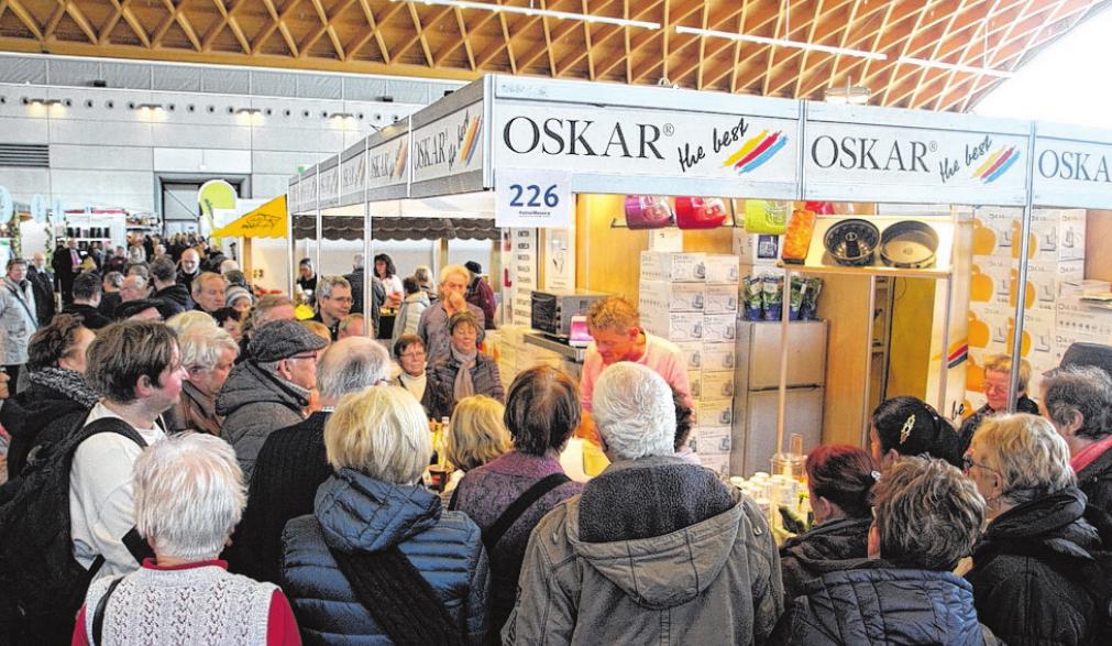 Besucher auf der OstseeMesse sind sehr an den Angeboten der Aussteller und deren Präsentationen interessiert.