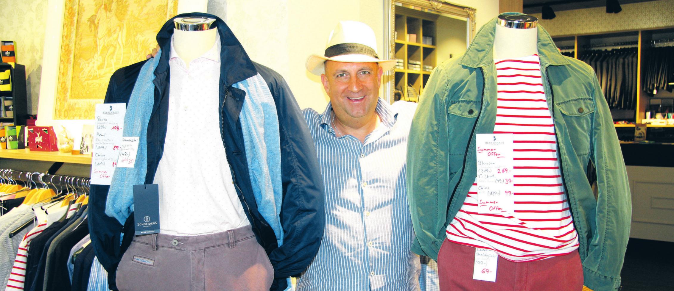 England-Fan Sven Leya empfängt gern die Kunden im Herrenhaus Ahrensburg. Seine Preisschilder tragen zurzeit viel rot Foto: Frauke Pöhlsen