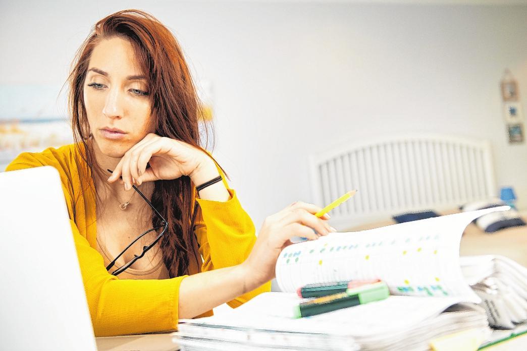 Verschiedene Medien zu nutzen, hilft, Lerninhalte besser zu behalten. Mit Laptop und handschriftlichen Zusammenfassungen kommt man gut durch die Prüfungsphase. FOTO: GABBERT, MAG