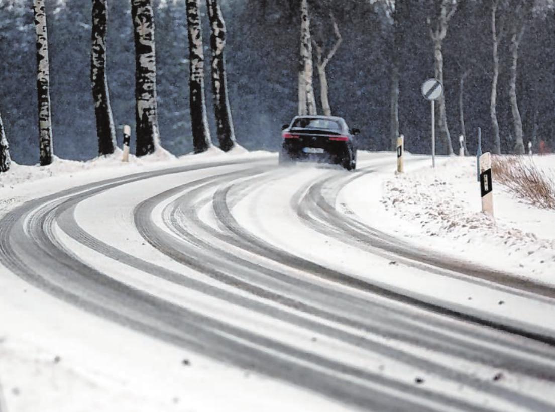 Keine Hektik bei winterlichen Straßenverhältnissen: Hat es geschneit, planen Autofahrer lieber mehr Zeit als sonst für ihre gewohnten Strecken ein. Foto: dpa