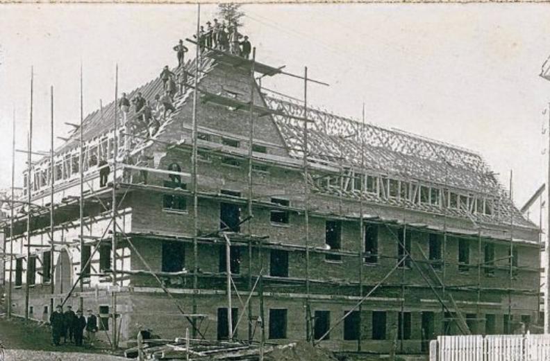 Beim Richtfest des Gemeindehauses Salzstetten in den 1930er-Jahren.