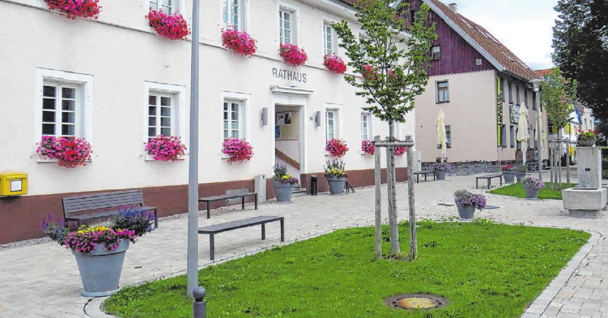"""Schön geworden ist der neue Melchinger Rathausplatz. Zusammen mit dem ebenfalls neu entstandenen Themenwanderweg """"Lauchert, Mühlen, Burgen"""" wird er am Samstag eingeweiht. Das Fest beginnt um 17 Uhr. Natürlich auf dem Platz. Foto: Adelbert Barth"""