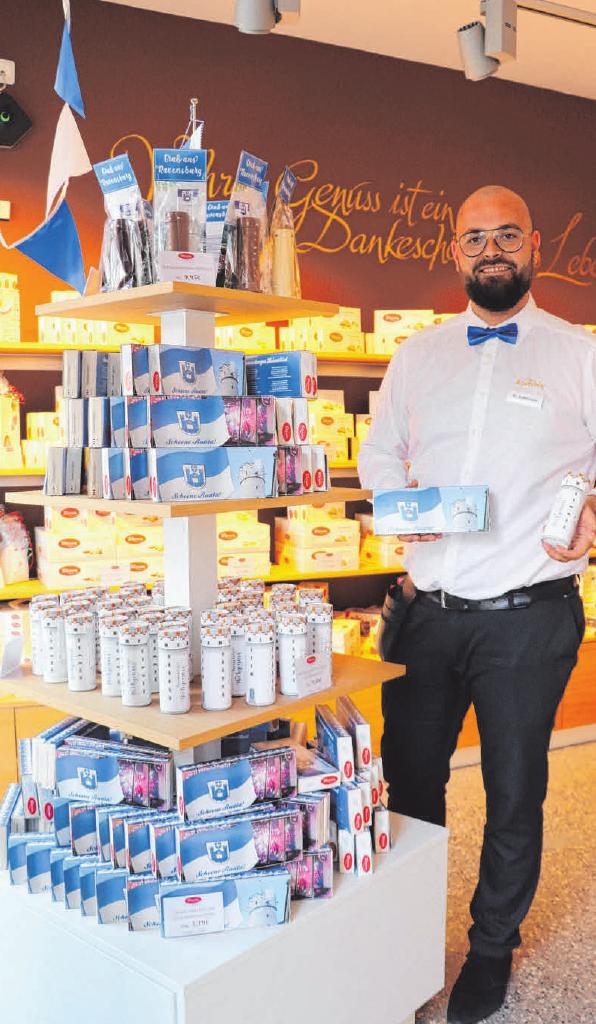Maximilian Sedlmayr, Leiter des Erlebniscafés, präsentiert ruatelige Köstlichkeiten.
