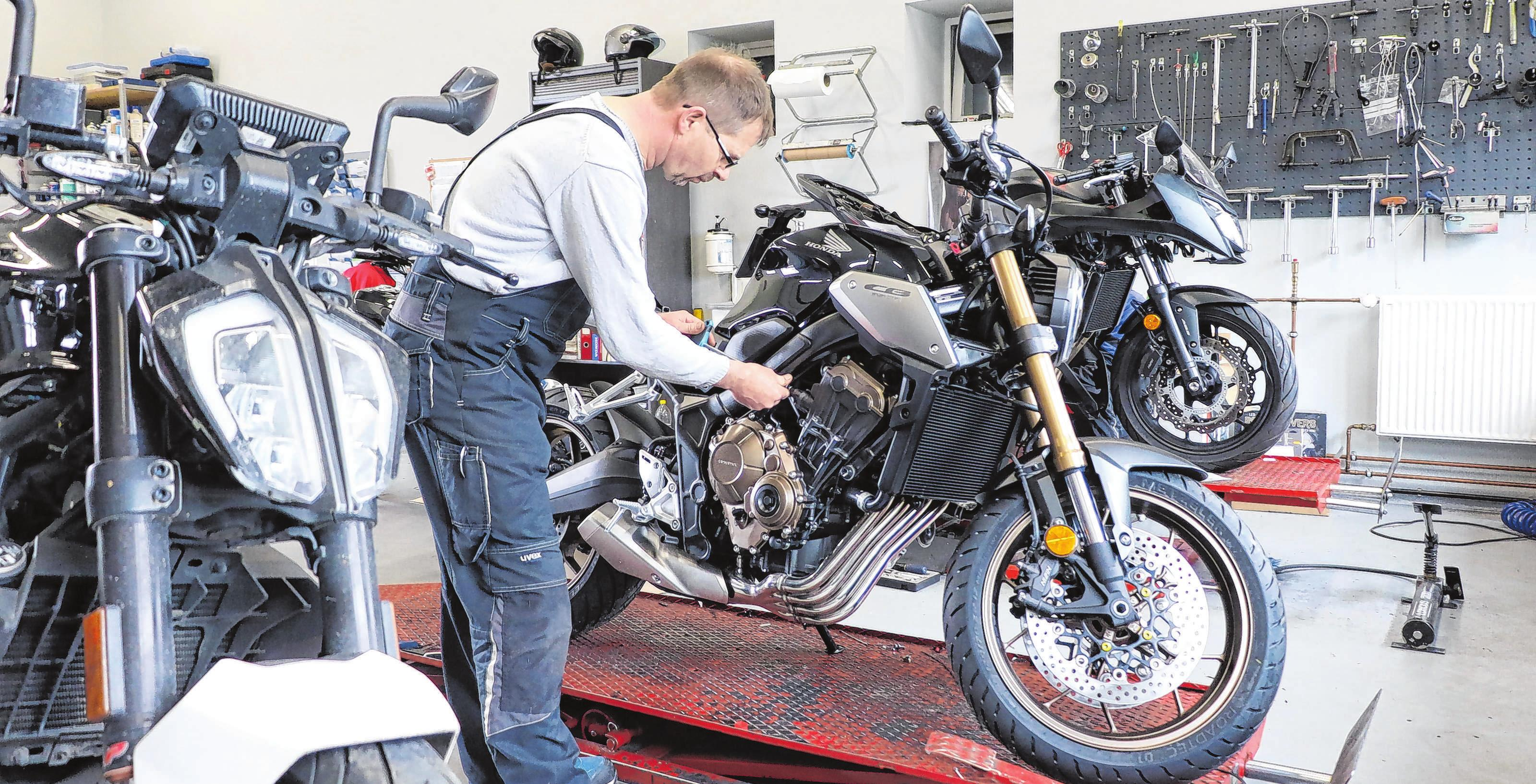 In der typenoffenen Werkstatt ist Frank Haigold der Chef-Motorradmechaniker. Fotos:Anne Bennewitz