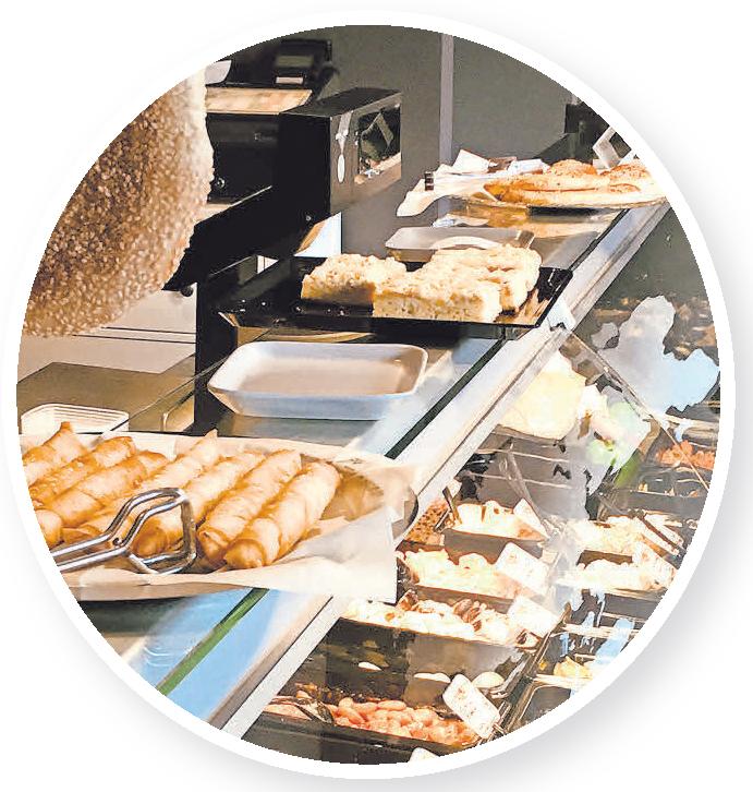 Eine große Auswahl frischer Speisen gibt es an der Frischetheke in der Feinkostwelt.
