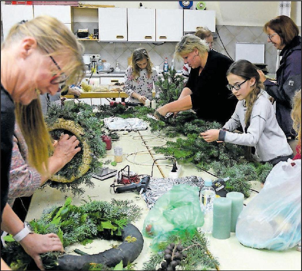 Fleißige Kreative: Maria Klose (vorne) und Sabrina Becker (zweite von rechts). FOTO: BOLTE