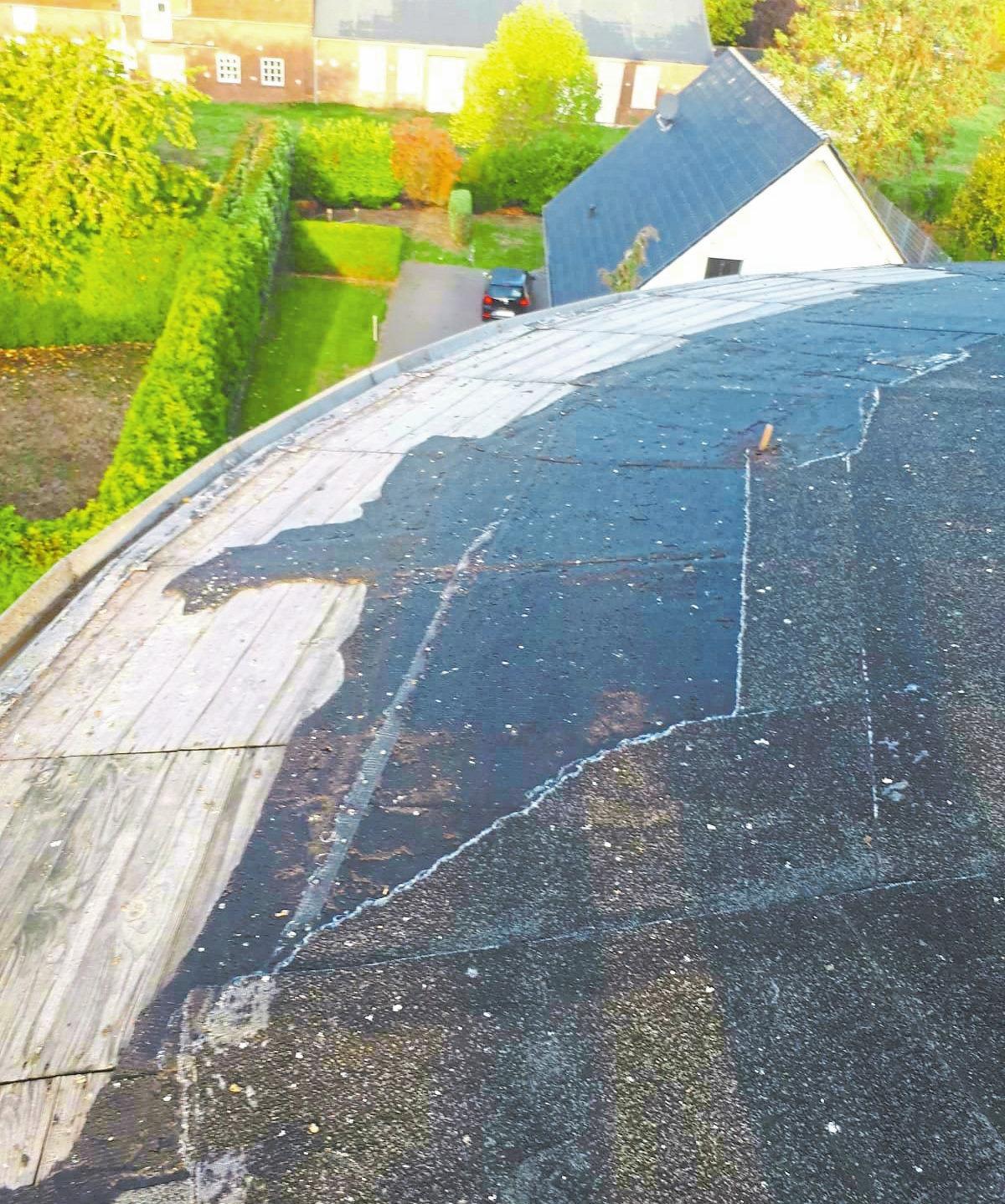 So sieht es aus, wenn sich die alte Dachpappe verabschiedet. Zu lange darf die Holzkonstruktion nicht freiliegen, sonst fault sie.