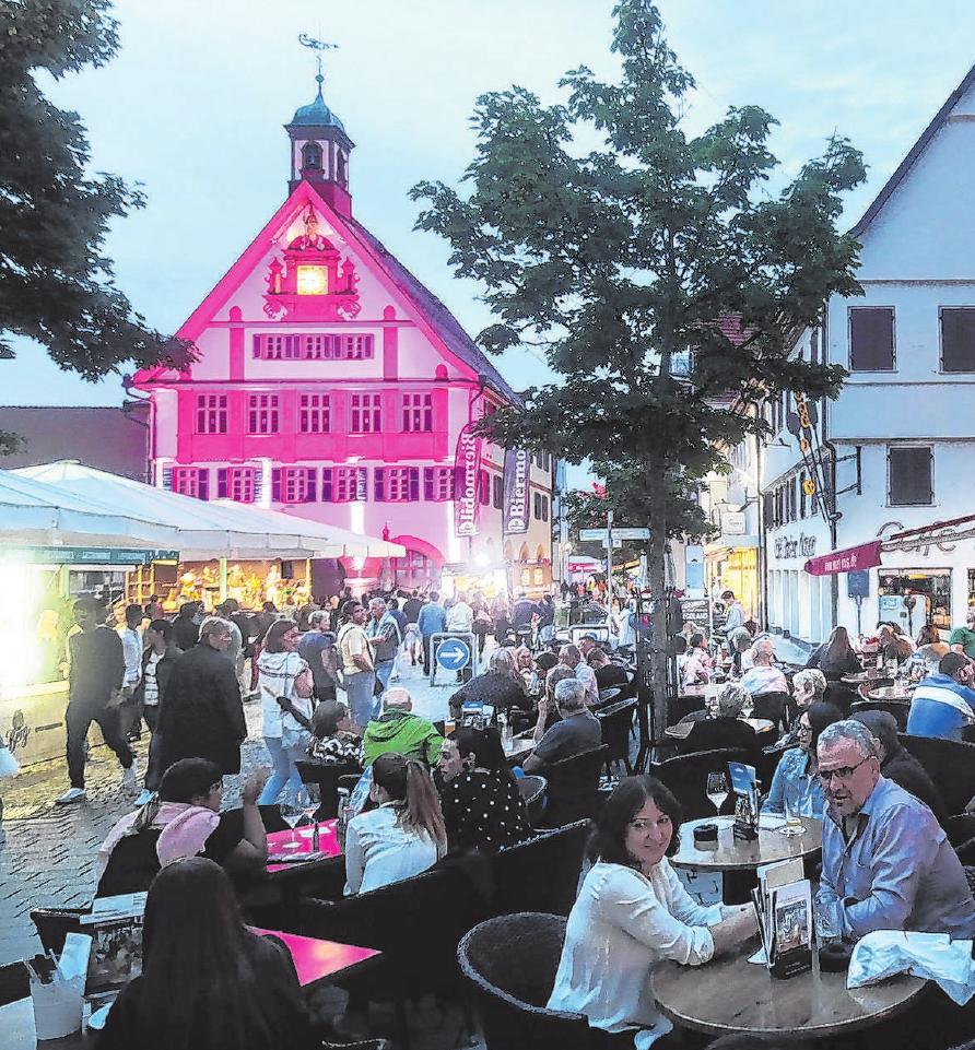 Als feiern vor dem illuminierten Rathaus noch erlaubt war. Fotos: Thomas Kiehl