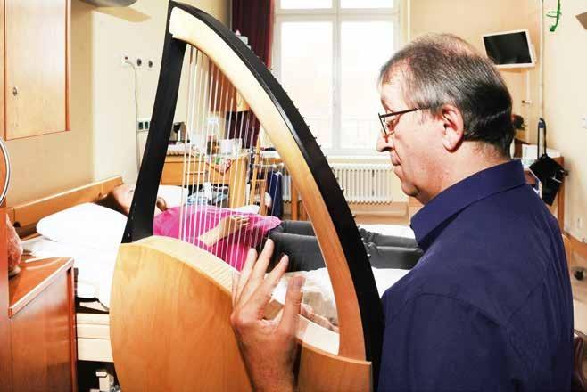Musiktherapeut Eckhart Boelger trägt mit den entspannenden Klängen der Leier zum Wohlbefinden der Patientinnen bei.