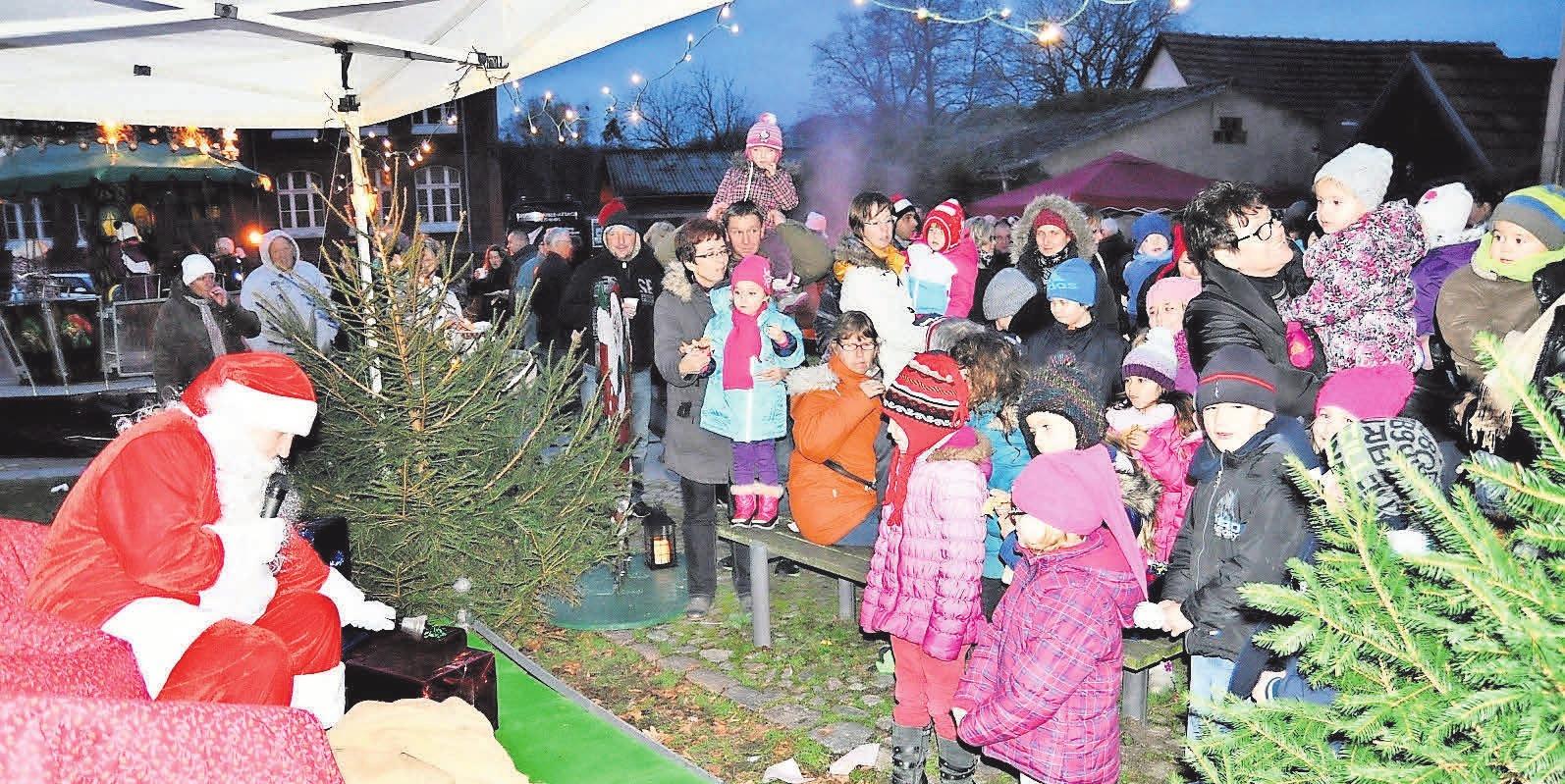 Klein gemütlich und familiär: der Weihnachtsmarkt in Lindow.     ARCHIVFOTO: REGINE BUDDEKE