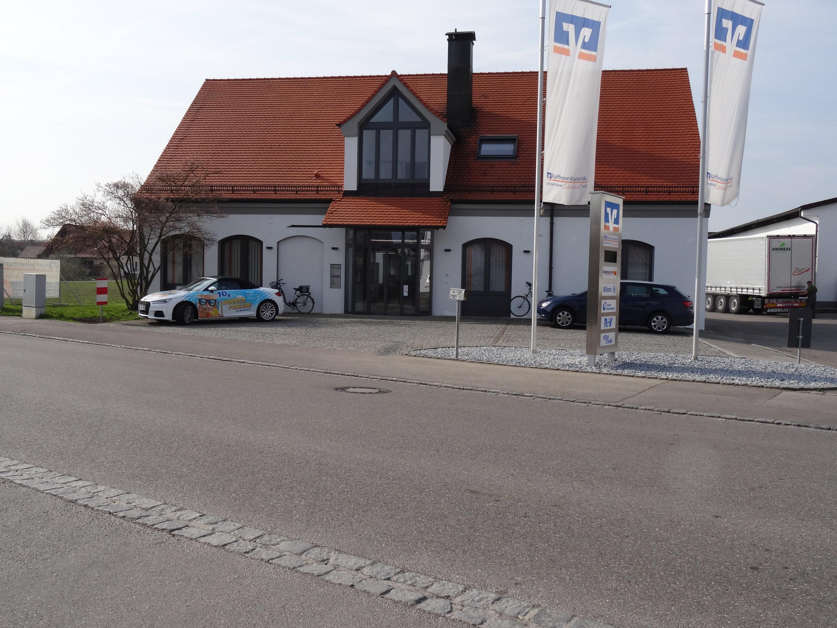 Für rund 750 000 Euro wurde das Hauptgebäude der Raiffeisenbank Schrobenhausener Land in Langenmosen grundlegend saniert. Fotos: enf